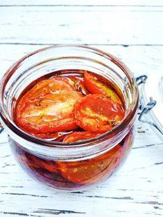 Bijna 10 jaar geleden proefde ik mijn eerste zongedroogde tomaat en ik was meteen verkocht. Goede zongedroogde tomaten is niet te vergelijken met die uit potjes.
