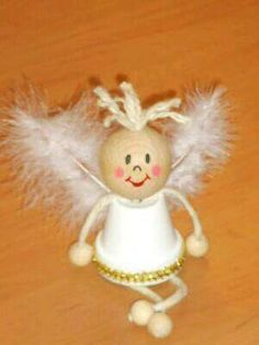 Usa macetas de barro o de plástico para crear unos bellos ángeles navideños. Lucirán enormemente colgados del árbol de navidad o en algún r...
