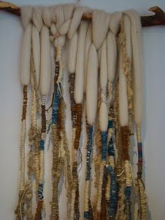 Idea to use up my super fat yarn.with my French silk thread Weaving Textiles, Weaving Art, Tapestry Weaving, Textile Fiber Art, Textile Prints, Yarn Wall Art, Make Do And Mend, Wool Art, Weaving Projects