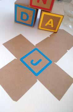 Cubo e letra do Toy Story Caixas de 8 cm, confeccionadas em papel kraft 200g e color plus 180g. Serão enviadas semi montadas para não amassar. Obs: Esse é o nosso maior tamanho.