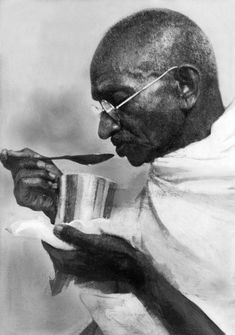 Mahatma Gandhi's Birth Anniversary: 100 Rare Photos You Must See Frases Mahatma Gandhi, Mahatma Gandhi Photos, Gandhi Quotes, Quotes Quotes, Osho, Dalai Lama, William Shakespeare, Rajiv Gandhi, Indira Gandhi