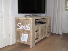 Steigerhouten tv-kast _tv-meubeltje van steigerhout_steigerhouten kastje op maat met 2 deurtjes_de Steigeraar