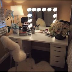 People every day are falling in love with our mirrors and it's not just with their reflections! Here are 6 reasons why you too should own a vanity mirror!