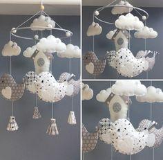 Mobile décoratif à suspendre pour décorer une chambre d'enfant/de bébé... Il est entièrement réalisé à la main en feutrine et tissus assortis beige/blanc/gris clair. - 17717238