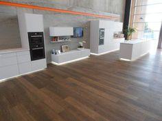 Blum – New Zealand…. Det store egetræsgulv i dette showroom er blevet behandlet med Trip Trap Colour Oil (Brazil Brown 102).