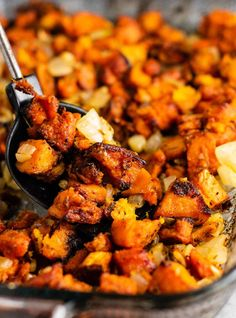 Easy and simple paleo sweet potato hash recipe with caramelized garlic and onions. A healthy breakfast or side dish packed full of flavor! This paleo sweet potato hash recipe is for all you sweet potato Brunch Recipes, Healthy Dinner Recipes, Vegetarian Recipes, Breakfast Recipes, Vegetarian Dish, Going Vegetarian, Ww Recipes, Paleo Sweet Potato, Sweet Potato Recipes