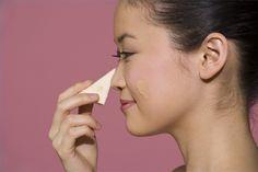 Cómo usar una esponja de maquillaje para aplicar la base | Recuerda que tenemos los fabulosos maquillajes minerales glo-Minerals en #AdlerFacial www.ericadlermd.com