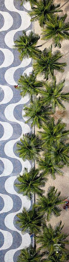 Copacabana Beach ~ Rio de Janeiro, Brazil Estas faixas representando ondas do mar na praia de copacaba é de muita criatividade e realça com o gosto popular!