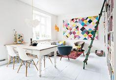 Salón con mezcla de blanco y colores vibrantes, mezcla de muebles de diseño modernos con otros recuperados