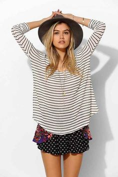 6a15fc0a2b3 BDG Raw-Edge V-Neck Top - Urban Outfitters Listras