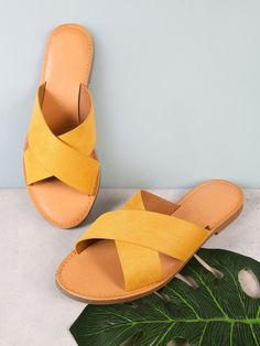 You need to choose wedding shoes that are the perfect match to your gown. Check out these tips to buy the perfect wedding shoes for your big day. Trendy Sandals, Cute Sandals, Cute Shoes, Summer Sandals, Shoes Flats Sandals, Sandals Outfit, Women's Shoes, Aldo Shoes, Golf Shoes
