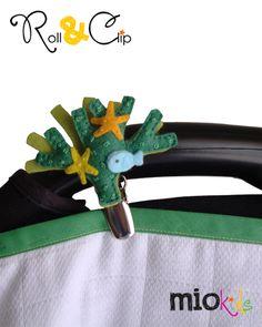 Mio Personagem Alga e respectiva braçadeira Roll & Clip, numa alcofa. | Seaweed Mio Character pinned to a velcro strap in a carrycot arm.