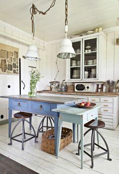 Vanhan talon valkoinen kirppislöydöillä kalustettu keittiö. White kitchen with rough flea market style. | Unelmien Talo&Koti Kuva: Camilla Hynynen Toimittaja: Jaana Tapio
