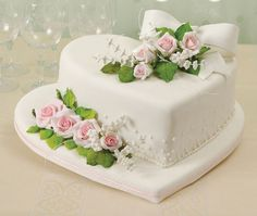 cake and step by step flower. Gorgeous Cakes, Pretty Cakes, Amazing Cakes, Heart Shaped Cakes, Heart Cakes, Fondant Cakes, Cupcake Cakes, Cupcakes, Buttercream Cake