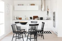 My dream kitchen: round dining table (white, ofc), black chairs & a striped rug! Round Dining Table, Dining Area, Kitchen Dining, Dining Rooms, Interior Design Inspiration, Home Decor Inspiration, Interior Ideas, Diy Furniture Decor, Minimal Kitchen