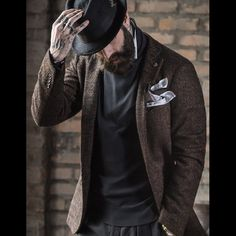 This comes from the master TAGLIATORE. Wools, fabrics and garments 100% Made in Italy.