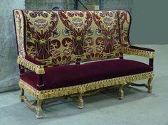 Important canapé par jacques Garcia, bois doré et soie brodée, style Louis XIV