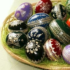 eggs on tray Straw Decorations, Types Of Eggs, Diy And Crafts, Arts And Crafts, Egg Tree, Ukrainian Easter Eggs, Egg Decorating, Egg Shells, Easter Crafts