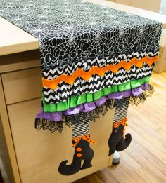 Bindweeds Boots Table Runner pattern by Sew Much Good, featuring festive Halloween fabrics by Timeless Treasures - Decor DIY Halloween Quilts, Moldes Halloween, Adornos Halloween, Manualidades Halloween, Fete Halloween, Halloween Festival, Halloween Disfraces, Halloween Crafts, Halloween Decorations
