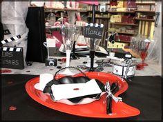 Table romantique pour les amoureux ! Idéale pour un mariage ou la saint valentin. Pour découvrir nos autres idées de décoration de table de fête, voici notre blog : http://www.boutique-jourdefete.com/blog/actualite-des-magasins/idees-de-decoration-de-table/