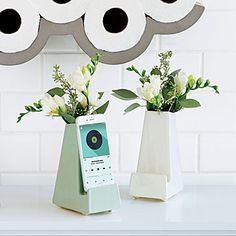 Part smartphone stand, part vase, this bloom box functions as a convenient phone dock as it brightens up your bedside table. Gifts For Teens, Gifts For Mom, Diy Gifts, Unique Gifts, Teen Gifts, Relationship Gifts, Best Friend Gifts, Couple Gifts, Bedside