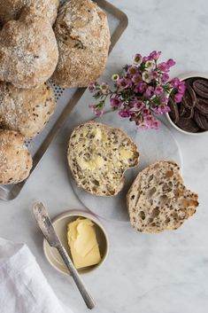 LUFTIGE SPRØDE KOLDHÆVEDE BOLLER Cooking Bread, Bread Baking, Yummy Eats, Yummy Food, Great Recipes, Favorite Recipes, Danish Food, Healthy Cookies, Healthy Cake