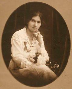 """Cora Coralina - Poetisa. """"Eu sou aquela mulher que fez a escalada da montanha da vida removendo pedras e plantando flores"""""""