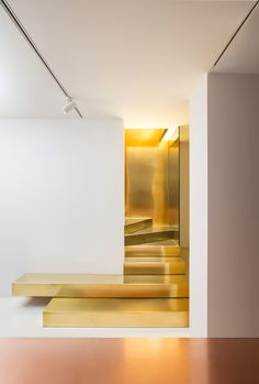 Professionals in staircase design, construction and stairs installation. In addition EeStairs offers design services on stairs and balustrades.Check out our work >> Interior Dorado, Gold Interior, Interior Stairs, Interior Exterior, Interior Architecture, Modern Interior, Stairs Architecture, Ladder Decor, Escalier Design