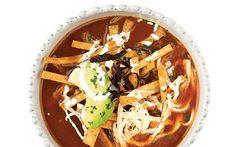 La sopa de tortilla es muy popular en las casas mexicanas por lo que en algunas ocasiones puedes prepararla y disfrutar de su rico sabor.