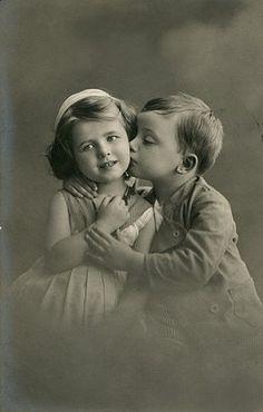 un niño y una niña con un besito tierno