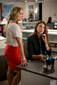 We can't get enough Pat Field fashion! Watch the new series YOUNGER coming to . - We can't get enough Pat Field fashion! Watch the new series YOUNGER coming to TV Land March 31 10 - Business Professional Dress, Young Professional, Fashion Tv, Office Fashion, Younger Tv Series, Miriam Shor, Hilary Duff Style, Office Looks, Business Outfits