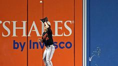 Blue Jays fan throws beer can at Orioles outfielder during AL Wild Card Game