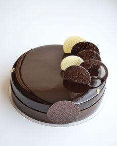 "559 mentions J'aime, 13 commentaires - Муссовые торты. Новосибирск (@ilina_juliya) sur Instagram : ""Привет! Учиться хорошо, но работать иногда тоже надо На фото торт 2 кг. Внутри вишня-шоколад.…"" Fancy Desserts, Fancy Cakes, Delicious Desserts, Easy Cake Decorating, Cake Decorating Techniques, Bolo Original, Chocolate Cake Designs, Holiday Cakes, Pastry Cake"
