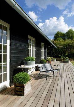 A skandinávok és a teraszok - különleges kapcsolat - Skandináv Dizájn Patio Pergola, Backyard, Wooden House Design, Wooden Houses, Black House Exterior, Farmhouse Windows, Scandinavian Home, House Painting, Hygge