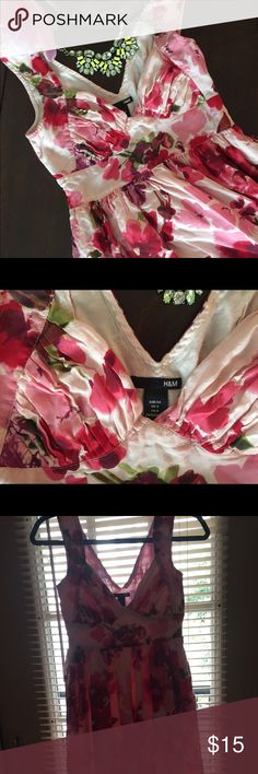 Floral H&M dress, size 4. Stunning design and neckline, perfect for Spring! Ruching on the cups, low-cut. Hits around the knees. Fitted top section and around waist, flowy after that. Top fits me very nicely (32 C) but may be a bit tight if cup size is much bigger. It's a snug size 4. Small BBQ sauce stain on the front. May come out if you have stain remover. Please see last 2 pics. H&M Dresses Midi