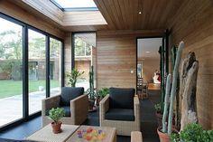 Interior rumah kayu dengan lantai parket dan partisi kayu