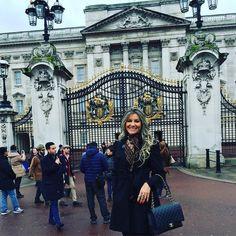 Bom dia com alegria!!! Vou bater um papo com minha xará pq a situação está tensa! #rainha #londres #palaciodebuckingham #jatenhoumprincipe # by bethraposoo