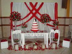 com cortina branca com tiras vermelhas