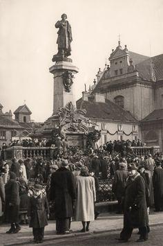 Pomnik Adama Mickiewicza został wywieziony przez Niemców do Rzeszy w 1942 roku. Po wojnie odnaleziono tylko głowę i fragment torsu. Odtworzony, wrócił na swoje miejsce w styczniu 1950 roku. - Autor zdjęcia Stefan Rassalski / Narodowe Archiwum Cyfrowe.