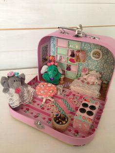 """Puppenstuben - Jadis-Spielkoffer """"zu Hause bei Elli und E... - ein Designerstück von Jadis-Vintage-Charme bei DaWanda"""