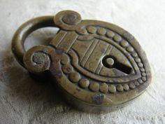 1880 ANTIQUE BRASS PADLOCK VICTORIAN RD. NO. 52741 Antique Door Knockers, Old Door Knobs, Vintage Door Knobs, Door Knobs And Knockers, Door Handles, Antique Keys, Vintage Keys, Antique Brass, Under Lock And Key