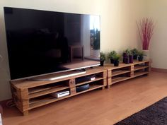 These free DIY TV stand plans will help you build not only a place to sit your TV but also a place to store your connected devices and media. Tv Table Stand, Crate Tv Stand, Diy Tv Stand, Pallet Furniture Tv Stand, Pallet Tv Stands, Furniture Ideas, Diy Pallet Projects, Home Projects, Pallet Ideas