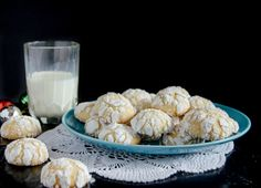 These ghoriba - Moroccan cookies - come in many variations, but this recipe is the most basic and most customizable of all! Delicious with a cup of tea!