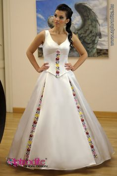 "Dress with ""Kalocsai"" motifs  Source: www.aphrodite.hu"