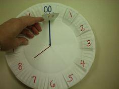 24 uurs klok - ook voor klokkijken bij het rekenen te gebruiken.  - Uitleg: ~ 2 papieren borden aan elkaar gelijmd. Knip 12 flappen rond de rand. Schrijf gelijkwaardig eronder minuten. Kon hechten beweegbare handen. ~