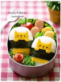 An adorable way to decorate sushi. Sushi is a fun and easy meal to make with the kids. What is your favourite meal to cook with your children?