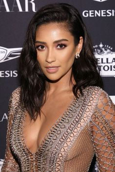 Gorgeous Medium-Length Celeb Hairstyles to Inspire Your Next Look Shay Mitchell Mittellange Promi-Frisuren Black Hairstyles Medium Length, Black Hair Updo Hairstyles, Black Hairstyles With Weave, Medium Hair Cuts, African Hairstyles, Celebrity Hairstyles, Medium Hair Styles, Easy Hairstyles, Short Hair Styles