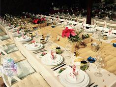 Mesa con detalle dulce para invitados y centros de mesa navideños. Para una boda ambientada en la Navidad-New York.