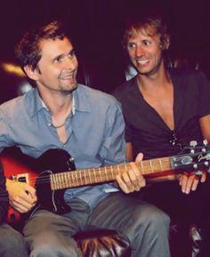 Quelle belle photo rayonnante de bonheur.  Ils sont vraiment beaux, Matt et Dom.