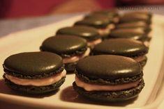 Černé makronky neboli nekronky Macarons, Christmas Cookies, Muffin, Food And Drink, Sweets, Baking, Eat, Breakfast, Desserts